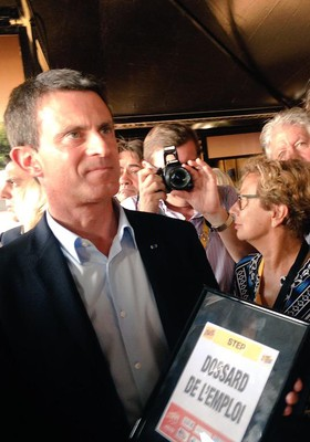 Manuel Valls remet le dossard de l emploi à Kenny Bertonazzi